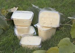 1/4 kg und 1/2 kg. Aus Topfen, Milch, Butter und Gewürzen hergestellt