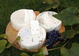Frischkäse aus Vollmilch mit Kräutern, grünem Pfeffer, Bärlauch oder blauem Steinklee